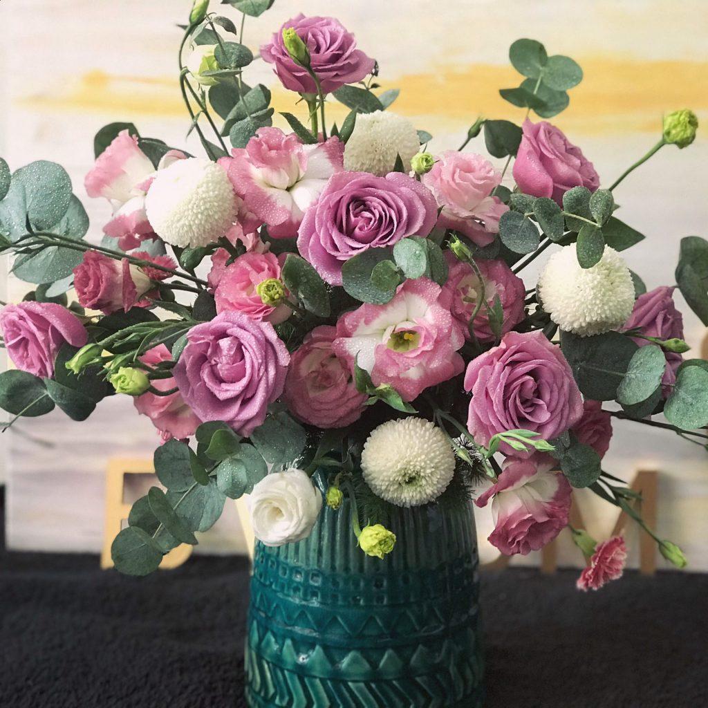 giỏ hoa màu tím